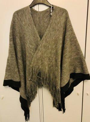 Poncho en tricot gris-noir