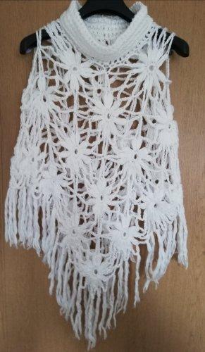 Ponczo w kolorze białej wełny