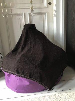 Poncho en tricot brun foncé