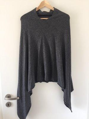 Poncho en tricot gris foncé