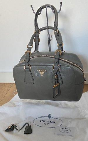 Prada Handtasche genarbtes Leder grau