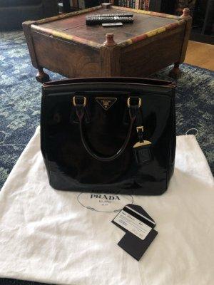 Prada Lackleder Handtasche in schwarz