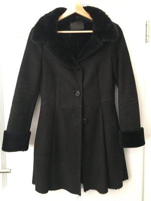 Prada Abrigo de piel negro