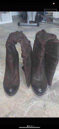 Prada Botas con tacón marrón oscuro
