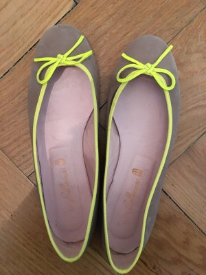 Pretty Ballerinas aus Taupefarbenem Veloursleder mit neongelber Schleife
