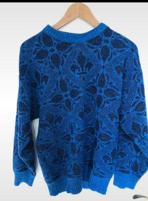 Pulli mit blauem Muster
