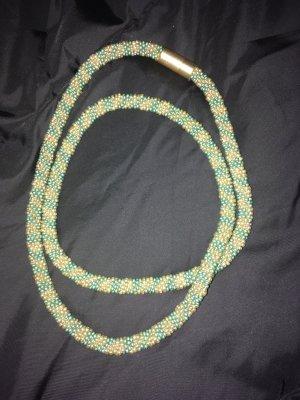 Collier de perles gris vert-doré