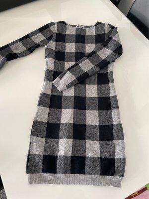 Pulloverkleid eng im Schnitt