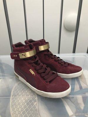Puma High Top Sneaker in Bordeauxrot mit Reptiliendruck und goldener Schnalle
