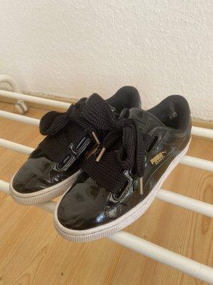 PUMA Sneaker Basket Heart in schwarz mit weißer Sohle