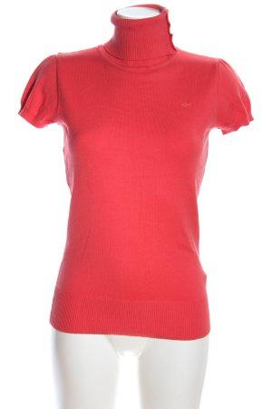 QS by s.Oliver Camisa de cuello de tortuga rojo letras bordadas look casual