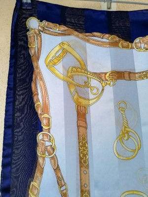 Quadratisches Tuch in Eisblau, Marine und Gold mit traditionellem Druck