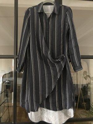 Raffiniert geschnittenes Kleid von Sisley.