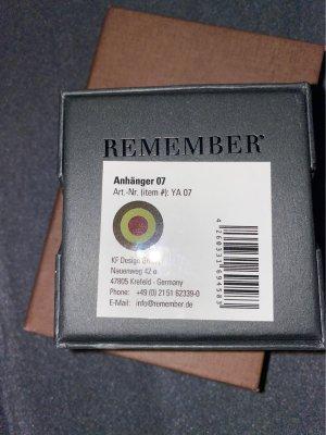 Remember schöner AAnhänger mit dem passenden Lederband in oliv dazuKann man als Kette sowohl auch als Armband tragen!