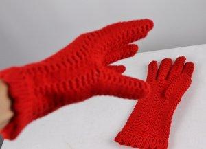 Gants en tricot rouge