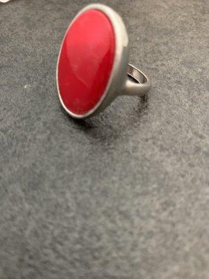 Bague incrustée de pierres rouge