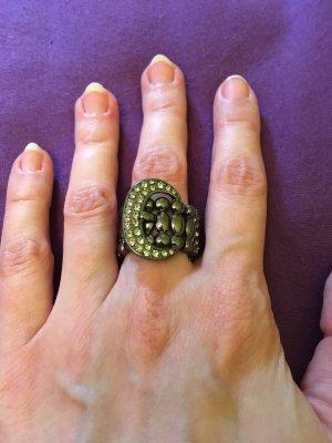 Ring in Form einer Gürtelschnalle
