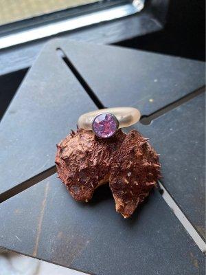 Bague incrustée de pierres lilas-violet