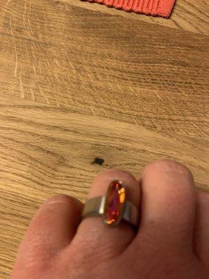Ring mit rot schimmernden Stein
