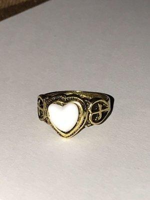 Ring mit weißem Herzdesign