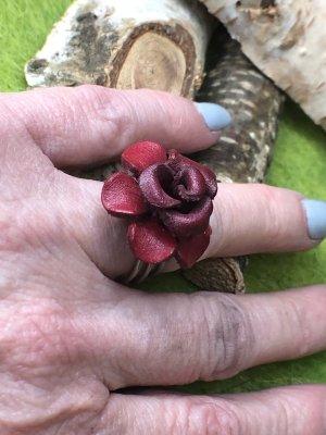 Handmade Zdobiony pierścionek głęboka czerwień-srebrny Skóra