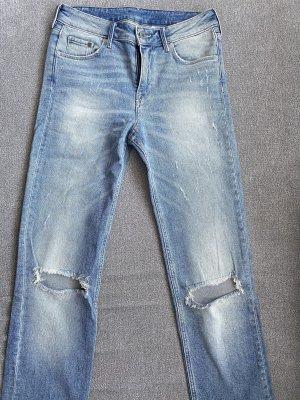 ripped jeans in hellblau