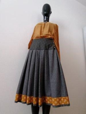 Rockmacherin-Lodenrock mit Knopfleiste und passender Bluse in feinen goldorange-Tönen