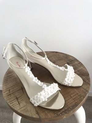 Romantische weiße Brautschuhe / Sandalette