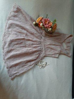 romantisches Kleid mit offenem Rücken