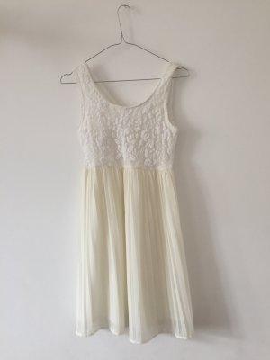 romantisches Kleid mit Plisseerock und Spitzenoberteil