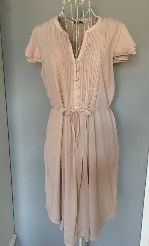 Rosa Chiffonkleid für den Sommer