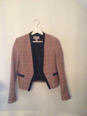 Rosa Jäckchen im Chanel-Stil