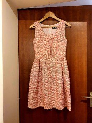 rosa Kleid im Brokat-Stil