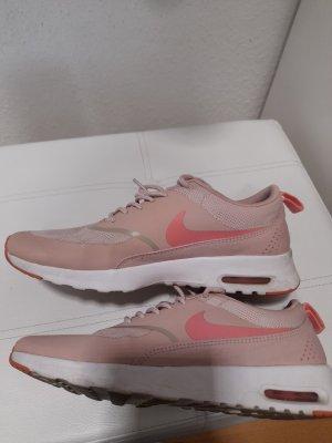 Rosa Nikes