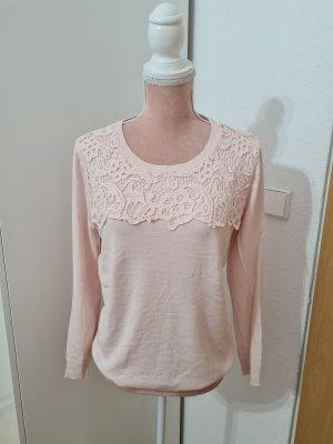 rosa Pullover mit Häkelspitze