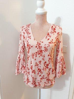 rosa Shirt mit roten Blumenmuster
