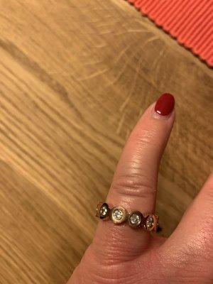 Roségoldener Ring mit vielen Steinchen