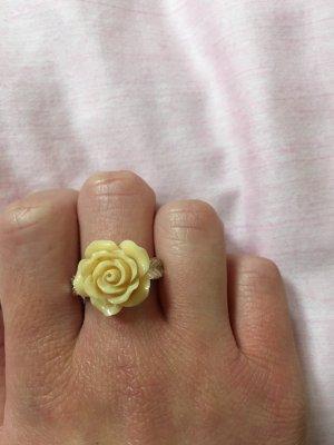 Zdobiony pierścionek bladożółty-srebrny