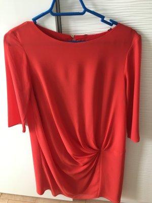 Rot-oranges Kleid mit 3/4 Ärmeln.