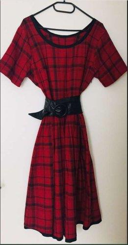 rot-schwarz kariertes geschneidertes Kleid mit Gürtel