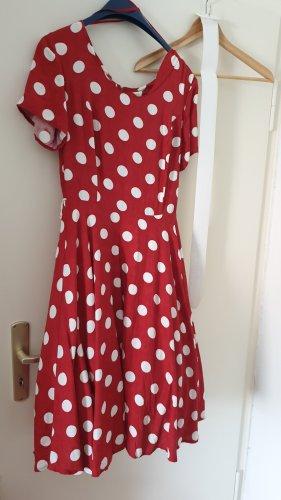 Rot-weiß gepunktetes Kleid