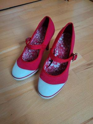 Rot weiße sportliche Stöckelschuhe
