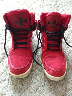 Rote Adidas- Schuhe