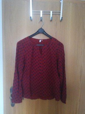 Rote Bluse mit blauen Rauten