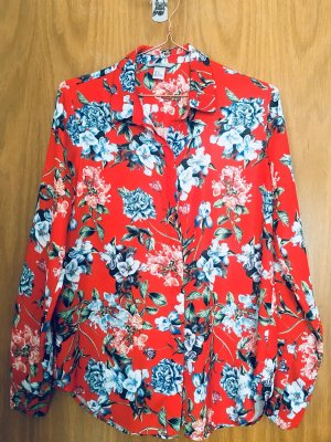 Rote Bluse mit Blumenmuster