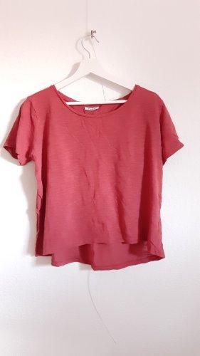 rote Bluse mit Rückendetails