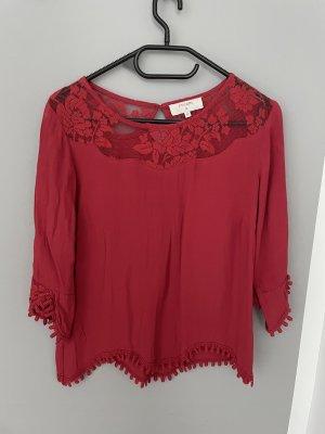 Rote Bluse mit Spitzendetails