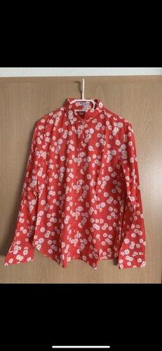 Rote Bluse mit weißen Blumen