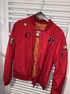 Rote Bomberjacke mit Patches