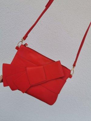 rote Clutch mit Zierschleife